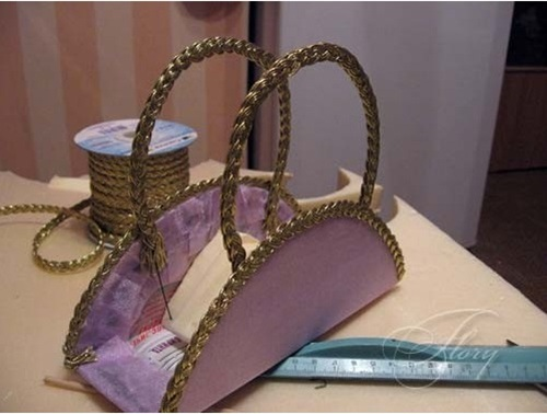 diy-beautiful-handbag-style-candy-flower-basket-from-cereal-box-20