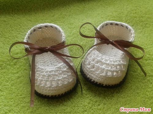 diy-crochet-baby-booties-with-ribbon-tie-14