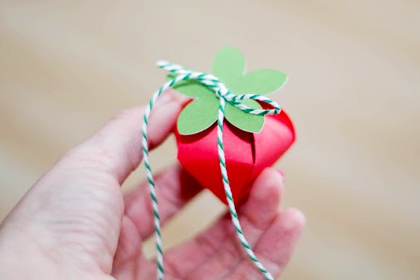 how-to-diy-strawberry-gift-favor-boxes-7
