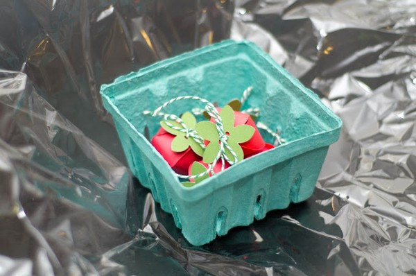 how-to-diy-strawberry-gift-favor-boxes-9