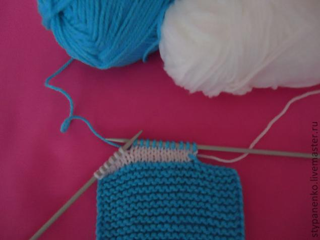 how-to-easy-knitted-cute-pom-pom-decorated-baby-booties-03
