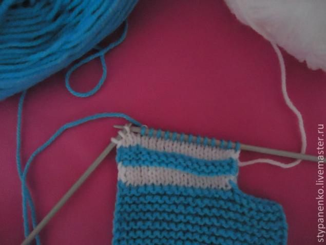how-to-easy-knitted-cute-pom-pom-decorated-baby-booties-04