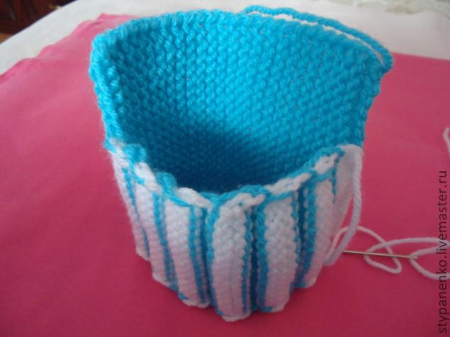 how-to-easy-knitted-cute-pom-pom-decorated-baby-booties-09