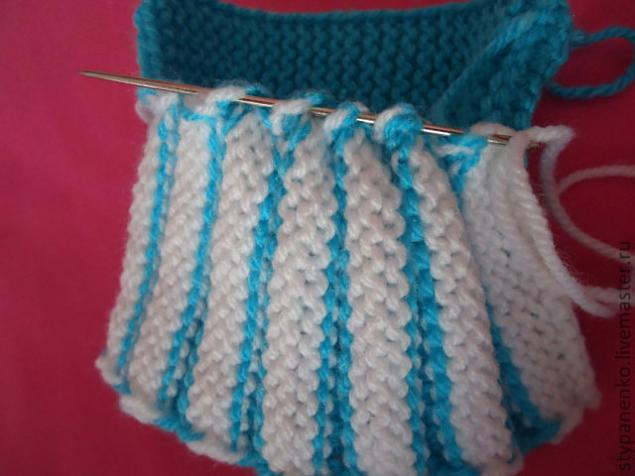 how-to-easy-knitted-cute-pom-pom-decorated-baby-booties-10