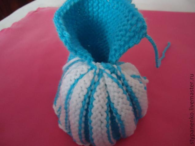 how-to-easy-knitted-cute-pom-pom-decorated-baby-booties-11