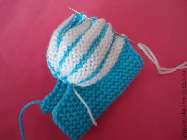 how-to-easy-knitted-cute-pom-pom-decorated-baby-booties-12