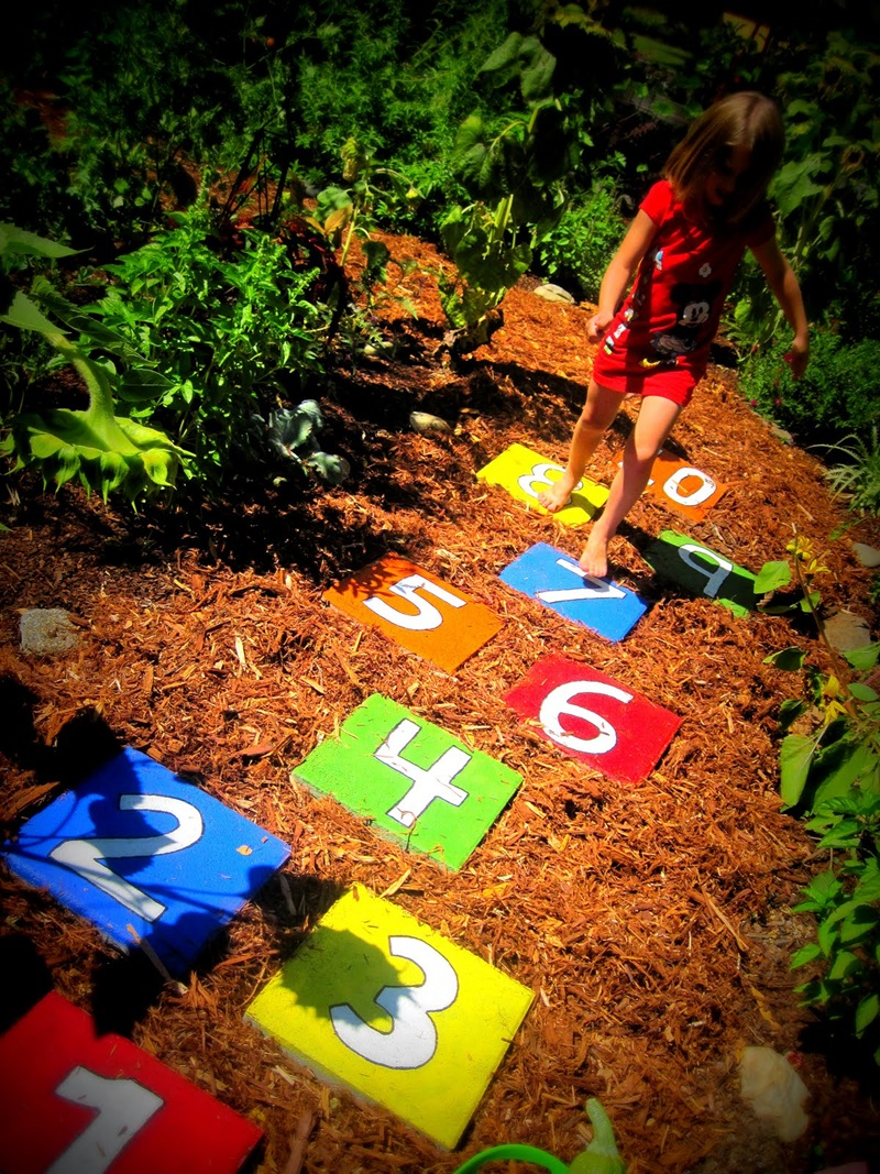 Cool DIY Garden Path Ideas hopscotch stepping stone