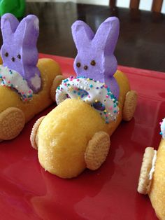 DIY Easter Bunny Peeps Race Cars. What a fun way to make an edible spring decoration with your kids! #Easter #Bunny #Food