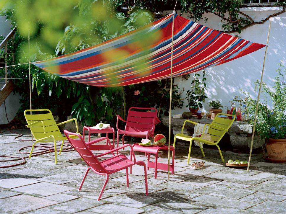 10 Creative DIY Outdoor Shady Space Ideas----Colorful Chairs Under a DIY Canopy