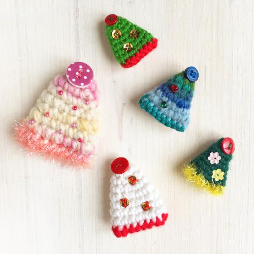 Christmas Tree Brooch FREE crochet pattern